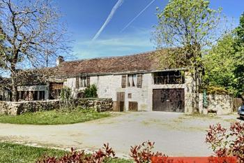 Une jolie maison avec 4 chambres, 2 salons, jardin